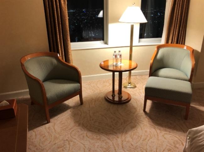 名古屋マリオットアソシアホテルの椅子とテーブル