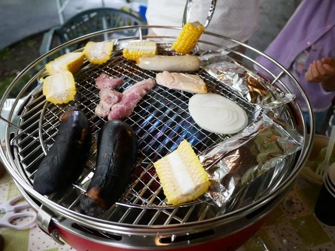 肉と野菜が焼かれている写真