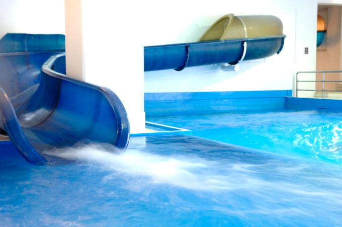ルスツリゾートの室内造波プールのスライダー